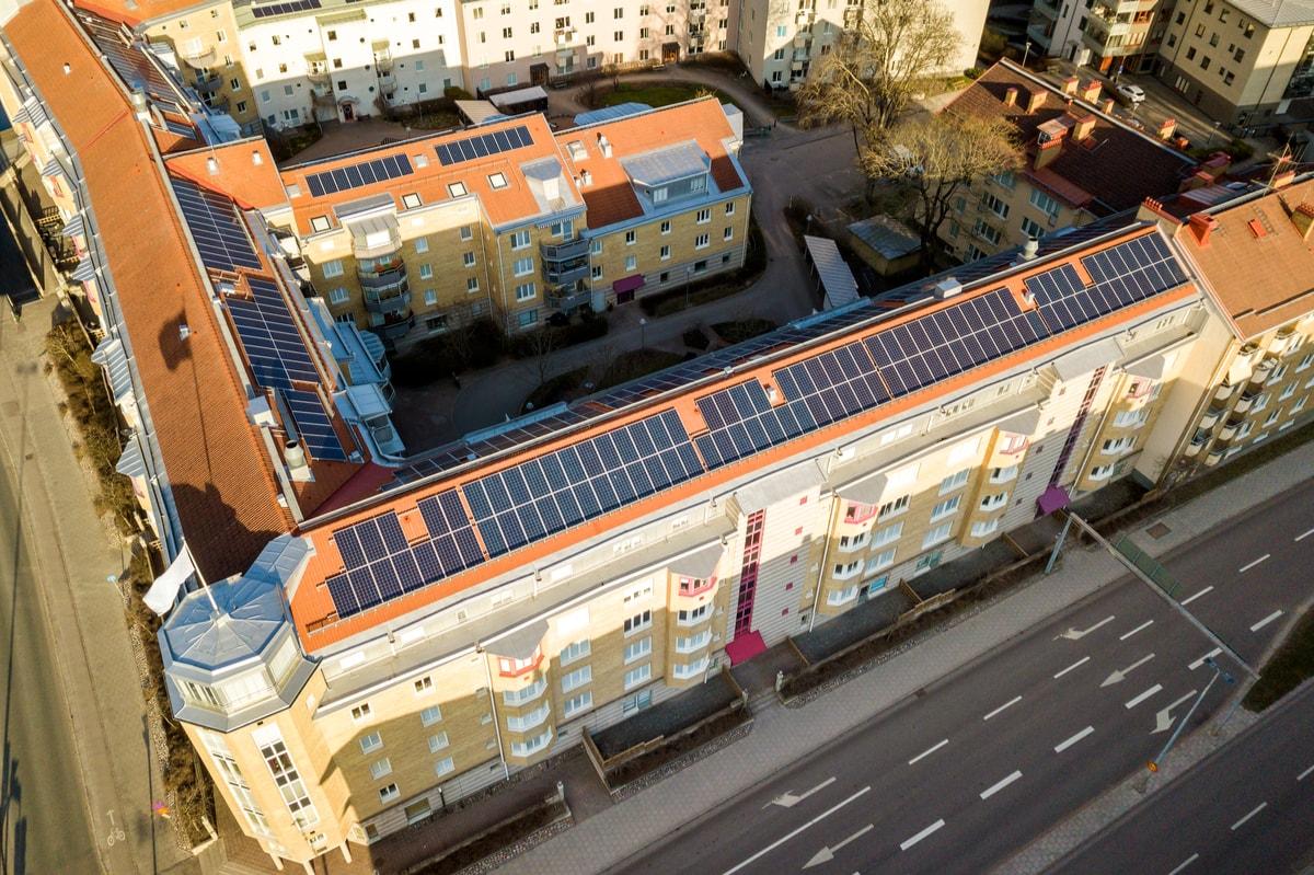 illustra un fotovoltaico su un palazzo di un condomino di cagliari